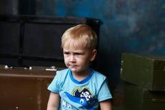 小男孩和老手提箱 免版税库存照片