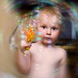 小男孩和肥皂泡 免版税库存照片