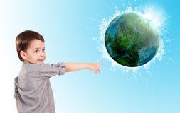 小男孩和行星地球。 免版税库存照片