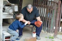 小男孩和他的伯父 免版税库存照片