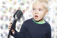 小男孩唱歌 库存图片