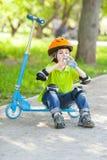 小男孩喝从塑料瓶的水 免版税库存图片