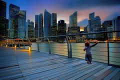 小男孩在一个大城市 免版税库存照片