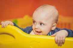 小男孩在一个室内操场 免版税库存图片