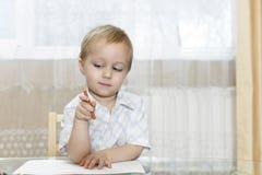 小男孩在五颜六色的铅笔画 库存照片