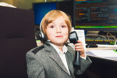 小男孩在交易室 免版税库存照片