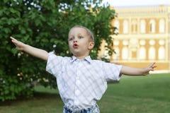 小男孩在公园 库存照片