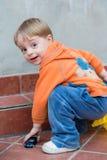 小男孩在后院 免版税库存图片