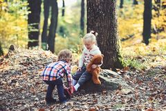 小男孩在女孩脚上把鞋子放 兄弟投入红色起动的帮助姐妹 帮手概念 准备好的孩子 免版税图库摄影