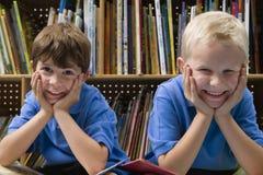 小男孩在学校图书馆里 图库摄影