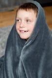 小男孩在家地毯的 免版税库存照片