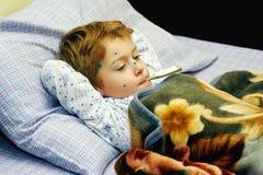 小男孩在家病 库存图片