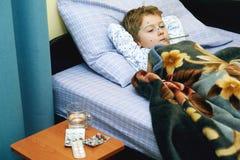小男孩在家病 库存照片