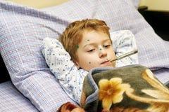 小男孩在家病 免版税库存图片
