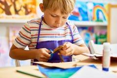 小男孩在工艺类的切口纸 库存照片