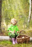 小男孩在有篮子的森林里 图库摄影
