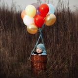 小男孩在气球要飞行 免版税库存图片