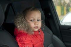 小男孩在汽车坐 免版税库存照片