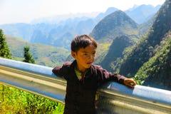 小男孩在河江市,北越南 免版税库存图片