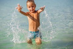 小男孩在海在泰国 库存照片