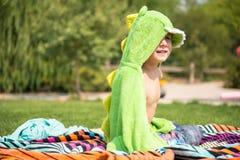 小男孩在游泳以后的庭院里 免版税库存图片