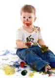 在油漆弄脏的小男孩 免版税库存图片