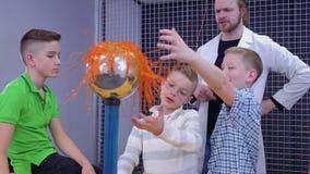 小男孩在科学博物馆探索van de graaff发电器 股票录像