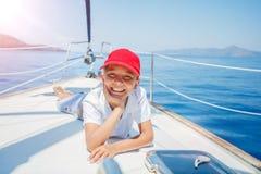 小男孩在船上在夏天巡航的航行游艇 旅行冒险,乘快艇与孩子家庭度假 库存图片