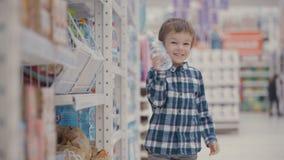 小男孩在超级市场选择一个瓶矿泉水 股票录像