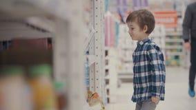 小男孩在超级市场选择一个瓶矿泉水 股票视频