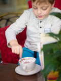 小男孩在餐馆 免版税图库摄影
