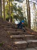 小男孩坐台阶 免版税图库摄影