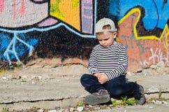 小男孩坐的生气 免版税库存照片