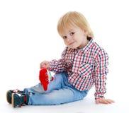 小男孩坐teddybear的地板 免版税图库摄影