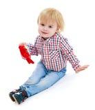 小男孩坐teddybear的地板 免版税库存照片