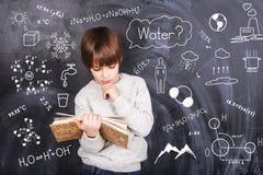 小男孩学会化学 免版税图库摄影
