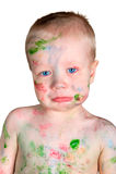 小男孩弄脏以油漆和翻倒 免版税图库摄影