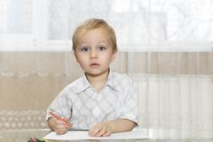 小男孩引起他的注意 免版税库存图片