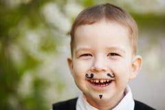 小男孩微笑室外 免版税库存照片