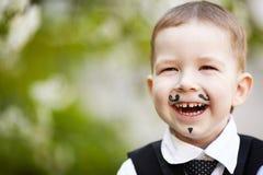 小男孩微笑室外 免版税库存图片