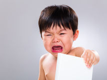 小男孩怨恨阅读书 免版税库存照片