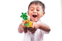 小男孩愉快的戏剧塑料玩具 库存图片
