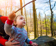 小男孩戏剧用一根木棍子 免版税库存照片