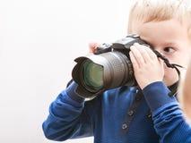 小男孩拍与照相机的照片 免版税库存照片