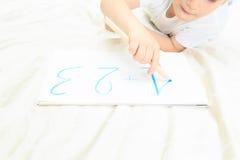 小男孩文字数字的手 免版税库存图片