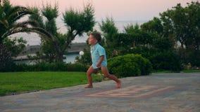 小男孩是跑和走沿海手段的路 影视素材