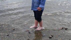 小男孩沿河走 孩子在湖附近跑 t 使用在水附近的愉快的婴孩 ?? 股票录像