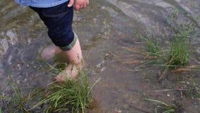 小男孩沿河走 孩子在湖附近跑 t 使用在水附近的愉快的婴孩 ?? 股票视频