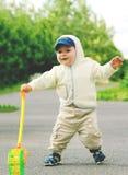 小男孩沿街道走 图库摄影