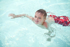 小男孩游泳 免版税库存照片